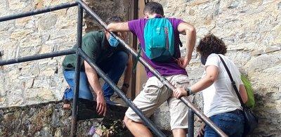 Viendo un fósil en las escaleras de la cochera