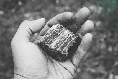 Una piedra en la mano