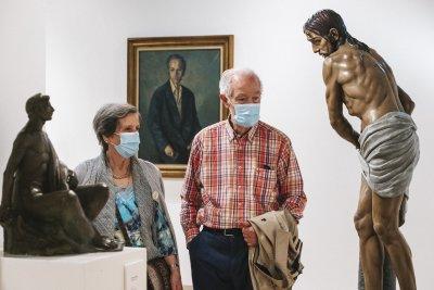 Lorenzo Ascasibar eta emaztea erakusketan  / Lorenzo Ascasibar y su mujer en la exposición